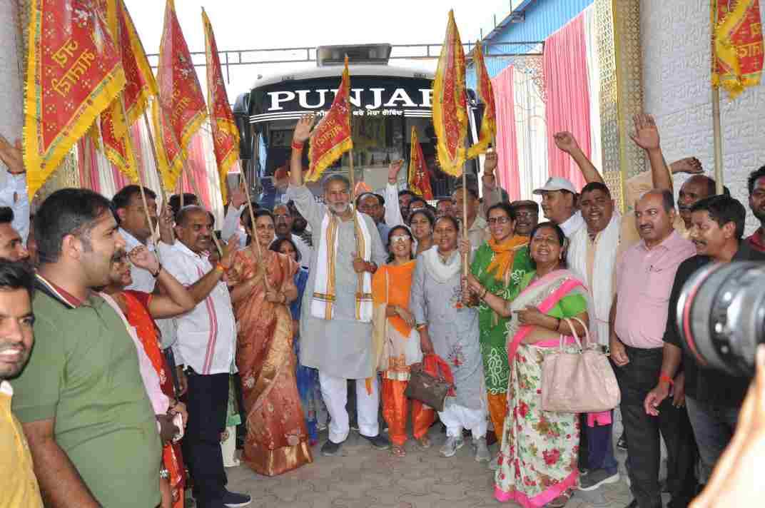 माता वैष्णों देवी यात्रा की बसों को झंडी दिखाकर रवाना करते हुए शिक्षा मंत्री राम बिलास शर्मा