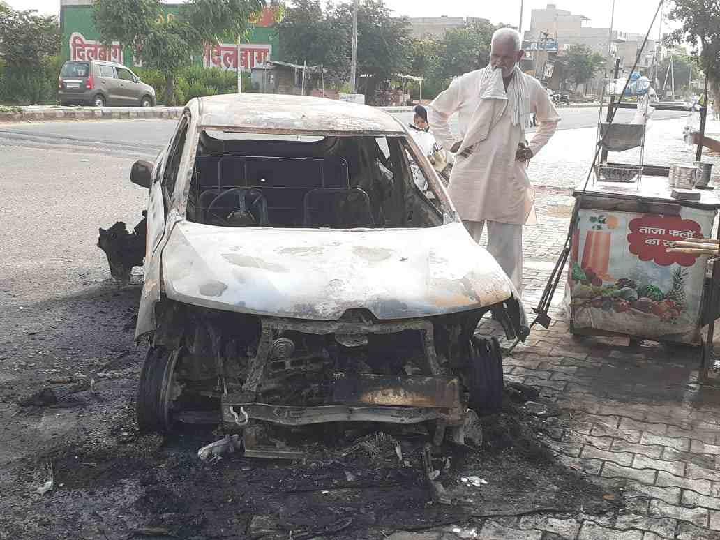 डिढ़ारा बाईपास पर जली हुई कार