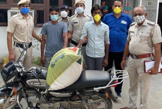 मोटरसाईकिल पर सवार भारी मात्रा में गाँजा सहित 02 आरोपियों को पकड़ा ।